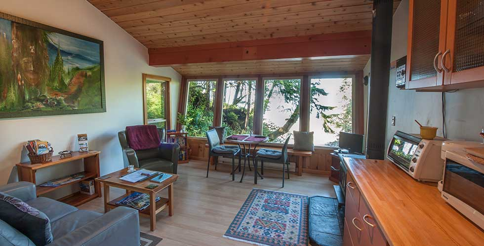 tofino's beach nest, beachfront, sleeps , kitchen, ocean view, tofino cabin rentals beach, tofino house rentals on the beach, tofino vacation rentals cottage by the beach